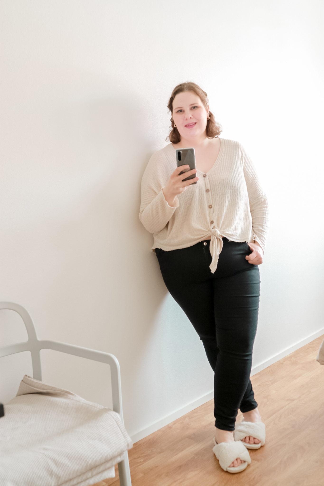 Mustat housut ja lyhyt neuletakki - Big mamas home by Jenni