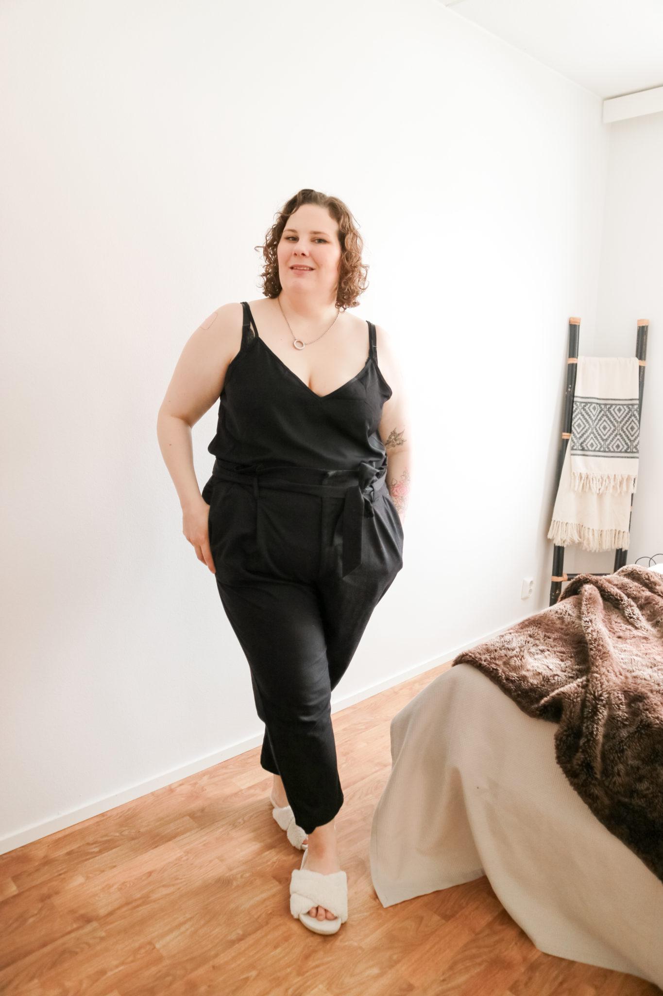 Yksinkertainen musta asu - Big mamas home by Jenni